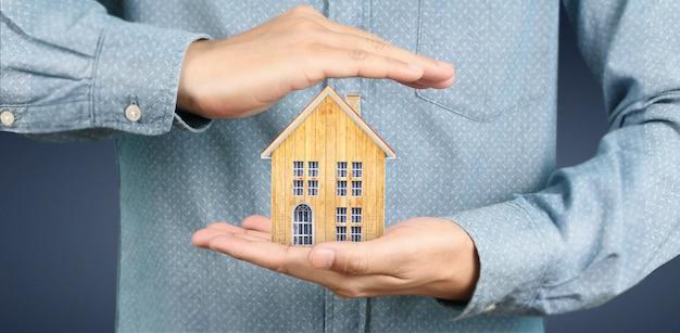 Estrutura residencial de casa na mão, casa de negócios
