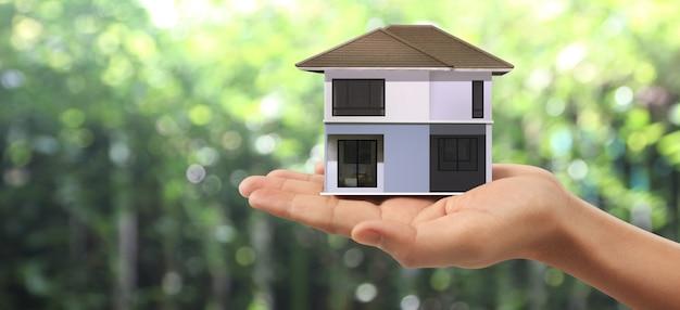 Estrutura residencial de casa na mão, ideia de casa de negócios
