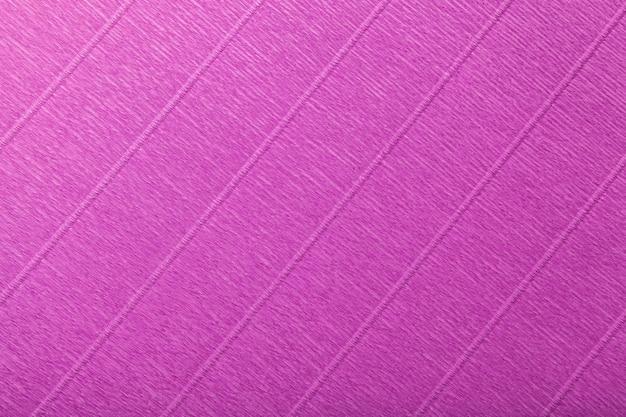 Estrutural do fundo roxo escuro de papel ondulado ondulado, close up.