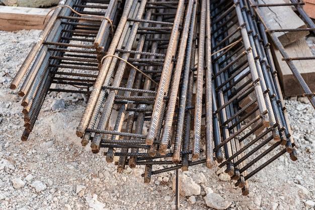 Estruturas de aço e telas de reforço são armazenadas no canteiro de obras. preparação para instalação de ferragens no canteiro de obras.