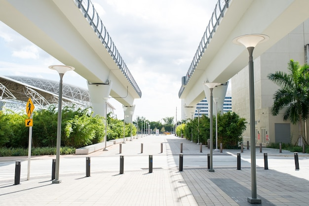 Estruturas de viaduto no distrito central de miami, eua. viaduto ou estrada ferroviária de ponte no ensolarado ao ar livre. estrutura e projeto de construção. sistema metrorail e transporte.