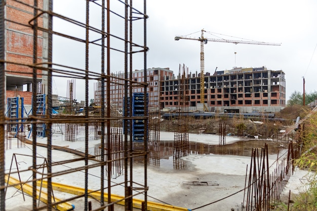 Estruturas metálicas de reforço para vazamento de concreto em construção monolítica construção