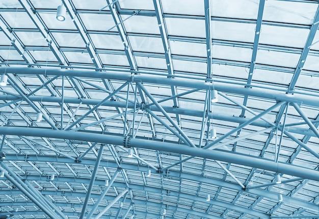 Estruturas metálicas no telhado do fundo complexo comercial