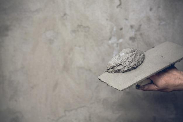 Estucador renovando paredes internas.
