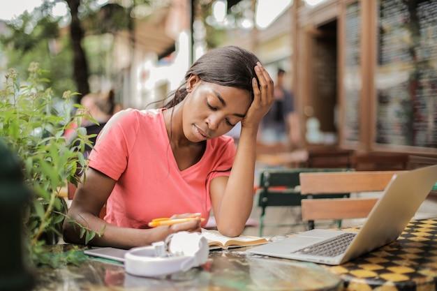 Estudando em um café