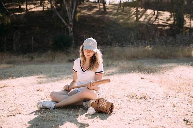 Estudante adolescente concentrado com aposta de beisebol