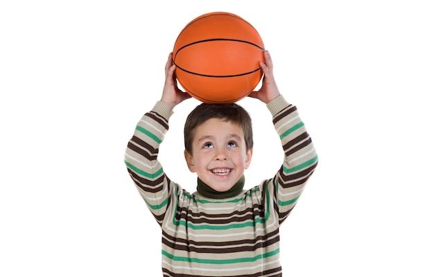Estudante adorável menino com basquete isolado sobre o branco