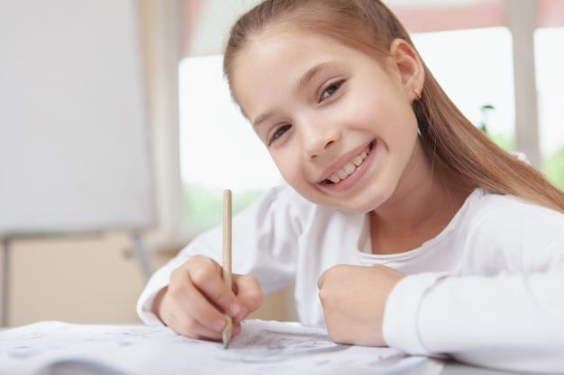 Estudante adorável que aprecia o desenho