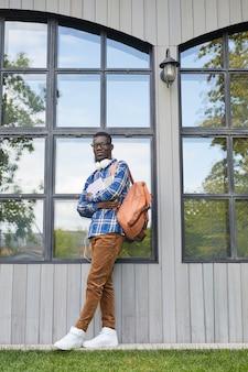 Estudante africano contemporâneo posando ao ar livre