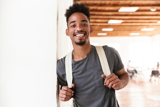 Estudante africano em pé na sala de aula