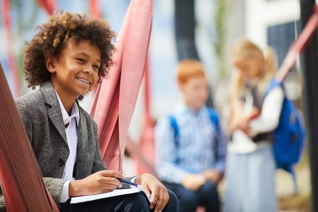 Estudante africano estudando ao ar livre