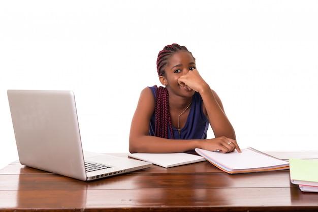 Estudante africano trabalhando com laptop