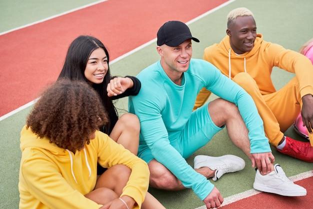 Estudante afro-americano, asiático, caucasiano, passando um tempo juntos