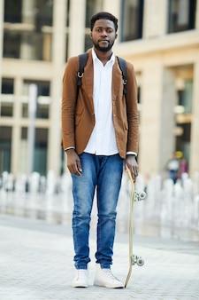 Estudante afro-americano moderno posando ao ar livre
