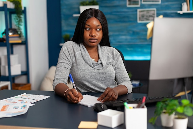 Estudante afro-americano olhando para o curso de comunicação no computador