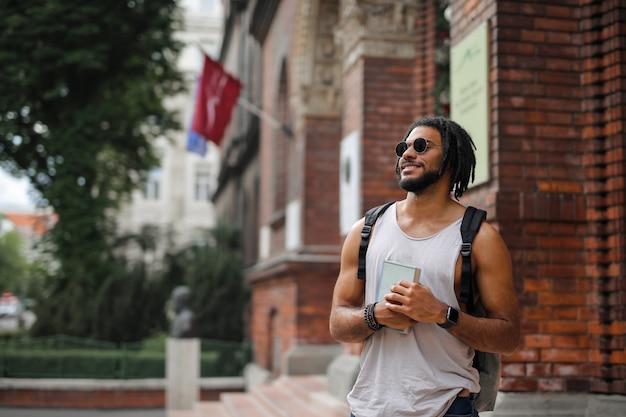 Estudante afro em frente à universidade