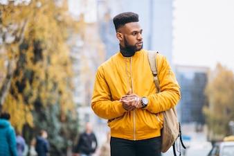 Estudante americano africano andando na rua