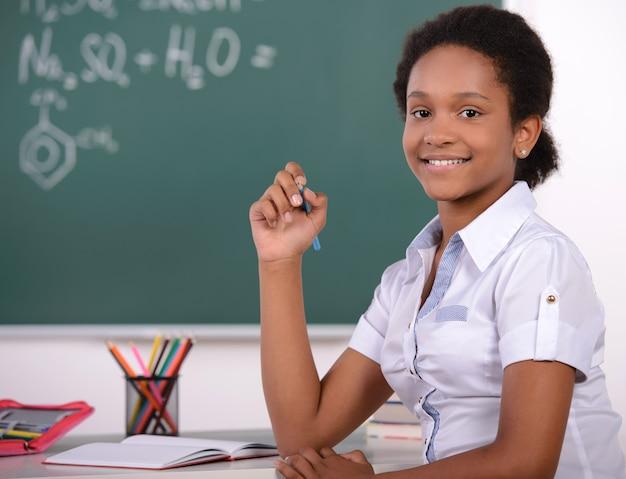 Estudante americano fazendo problemas de matemática na lousa