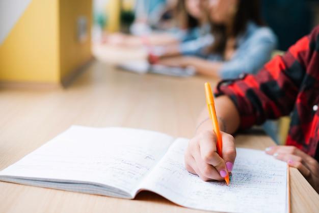 Estudante anónimo tomando notas