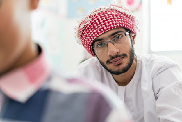 Estudante árabe muçulmano em sala de aula