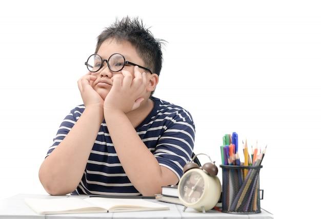 Estudante asiática entediada e cansada fazendo lição de casa