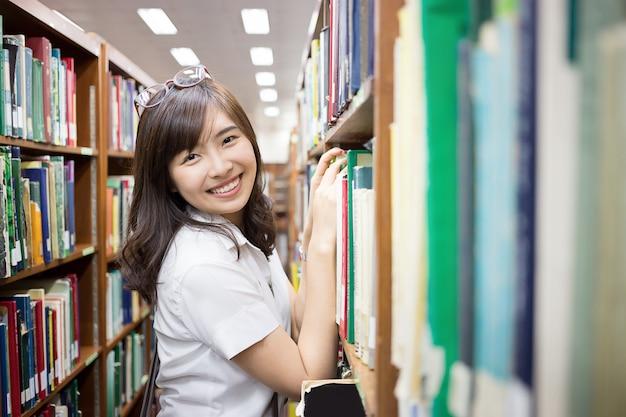 Estudante asiática na biblioteca