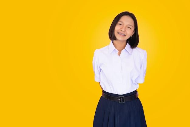 Estudante asiático de uniforme.