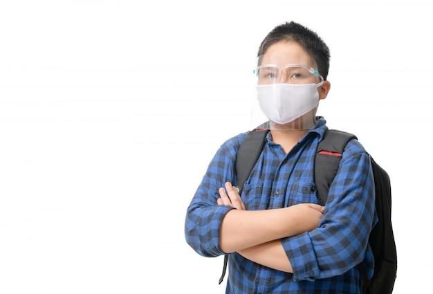 Estudante asiático, menino, desgaste, escudo rosto, e, máscara, carrega, saco escola, isolado