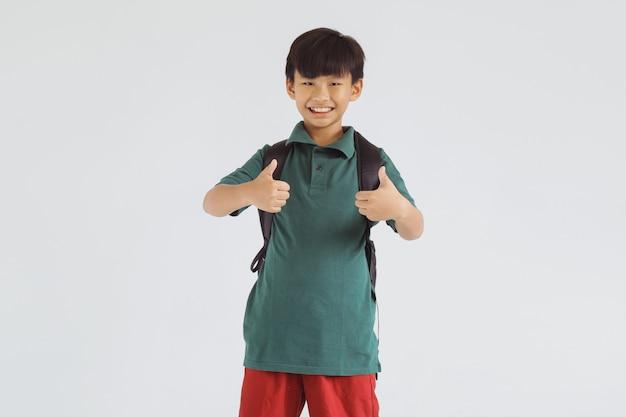 Estudante asiático sorridente com dois polegares para cima