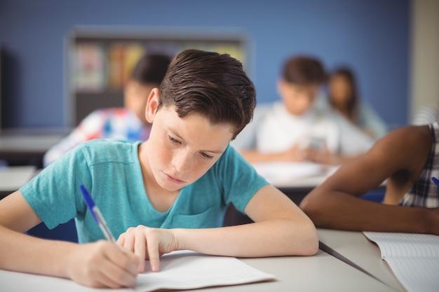 Estudante atento estudando em sala de aula