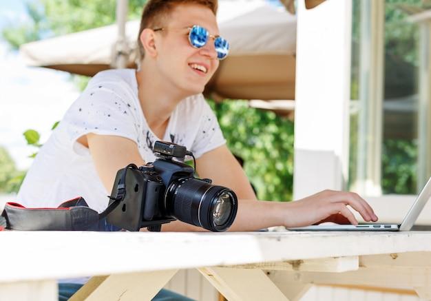 Estudante atraente jovem usando laptop fora