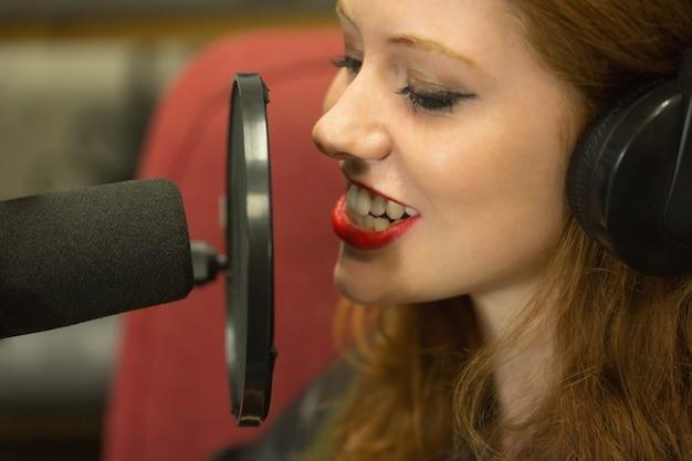 Estudante bonita apresentando um programa de rádio