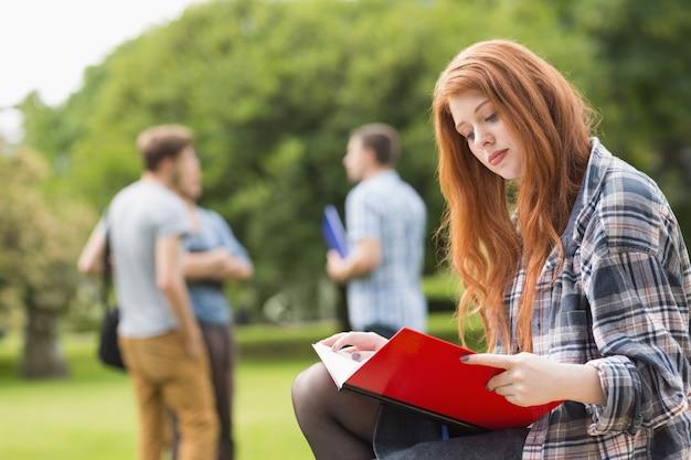 Estudante bonita, estudando fora no campus