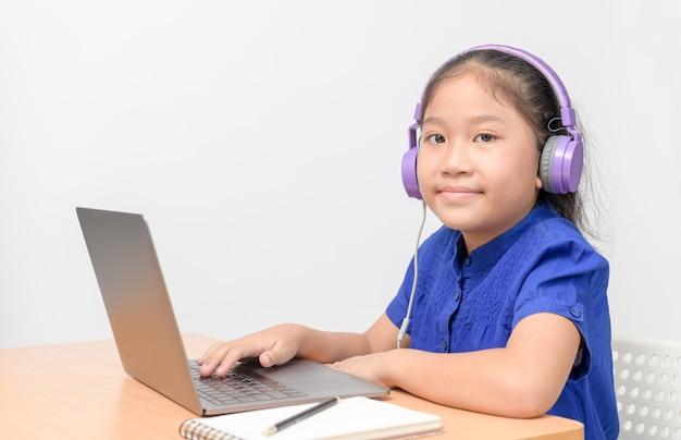 Estudante bonito garota usar fone de ouvido estudar on-line com o professor