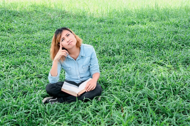 Estudante calma pensa ao ar livre