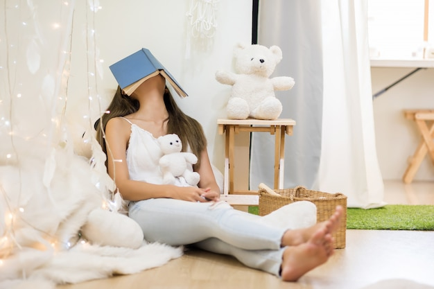 Estudante cansado dorme depois de ler