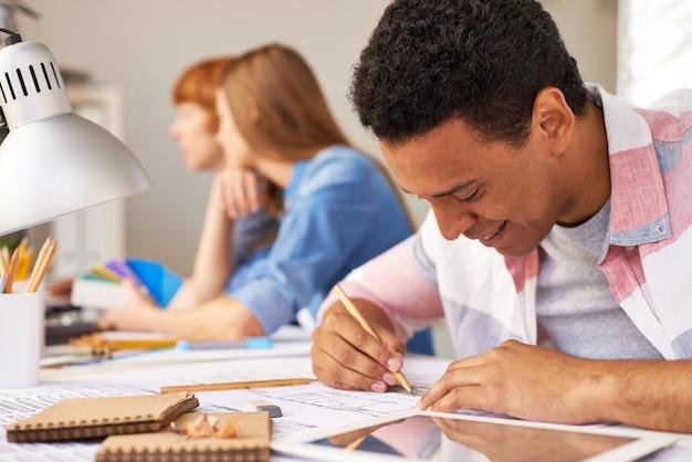 Estudante close-up com o seu dever de casa