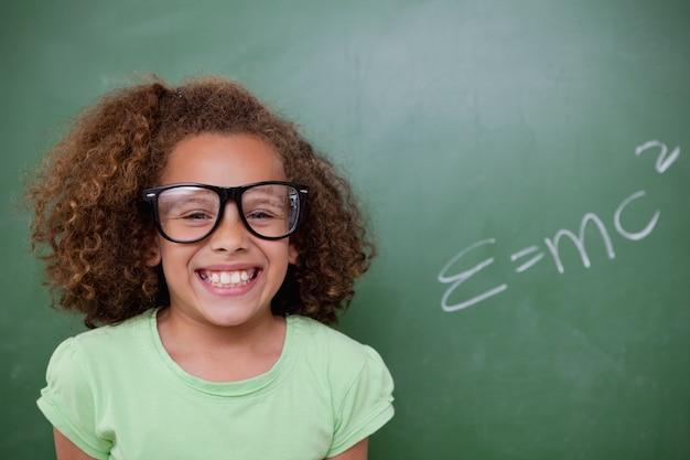 Estudante colocando com a fórmula de equivalência de energia em massa