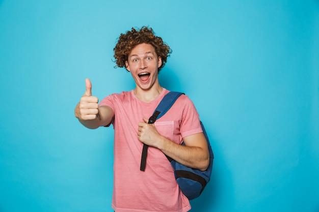 Estudante com cabelos cacheados, vestindo roupas casuais e mochila, sorrindo e aparecendo o polegar