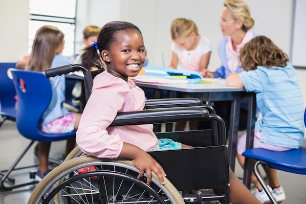 Estudante com deficiência, sorrindo em sala de aula