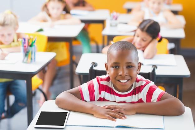 Estudante com deficiência sorrindo na sala de aula