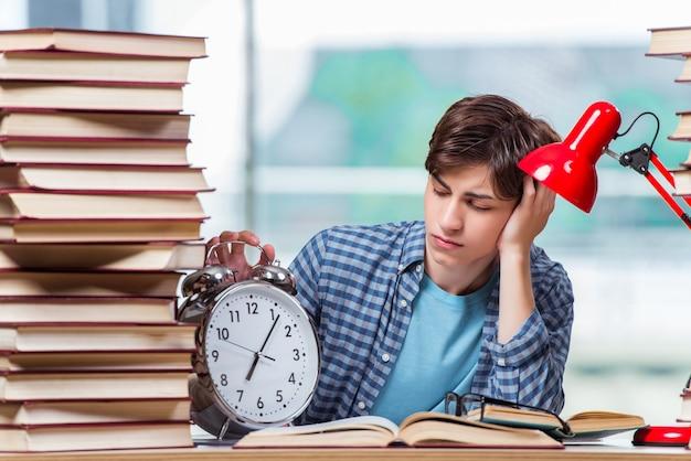 Estudante com muitos livros se preparando para os exames