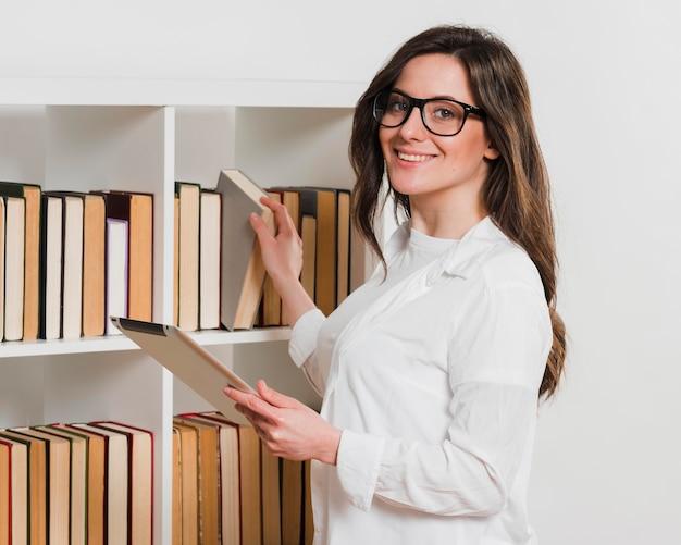 Estudante com tablet digital em uma biblioteca