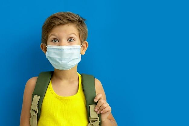 Estudante com uma máscara médica com uma mochila.