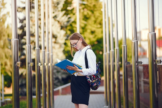 Estudante com uma mochila no pátio da escola