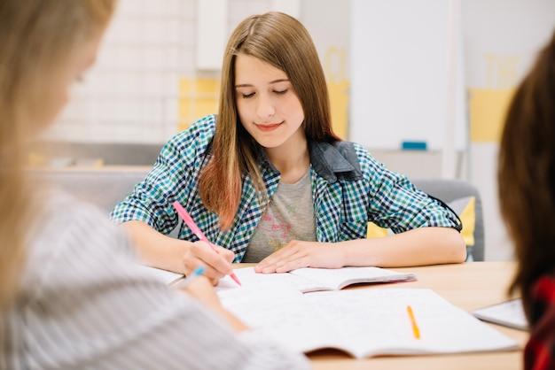 Estudante concentrada estudando Foto gratuita