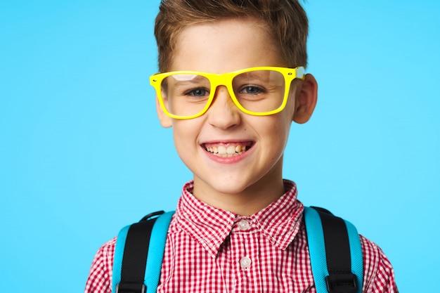 Estudante da escola primária de criança com óculos
