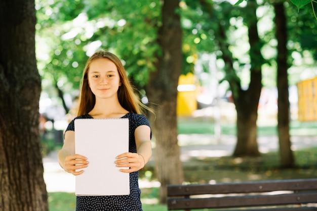 Estudante de conteúdo que demonstra o bloco de notas