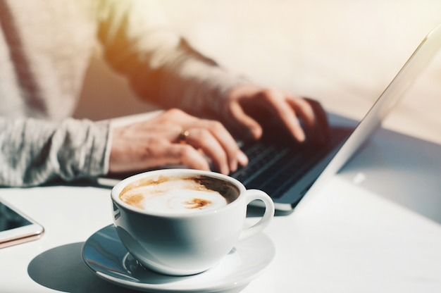Estudante de educação de estilo de vida. trabalho de empresário no laptop para o projeto.