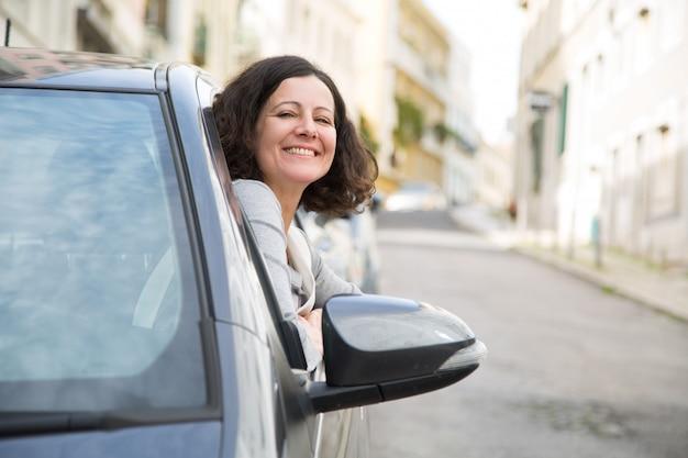 Estudante de escola de condução alegre com sucesso passando o exame